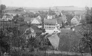 Dorfansicht um 1900, vorne links sind Hopfenstangen erkennbar - Foto: Privatbesitz Fleischmann