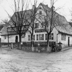 """Gasthaus """"Zur frischen Quelle"""" von Jakob Hufer in der Dietersdorfer Straße 176. Im Vordergrund ist noch keine befestigte Straße vorhanden Foto: Privatbesitz Burbach"""
