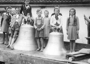 Anlieferung der neuen Glocken für die Georgskirche. Diese wurden am 24. September 1950 in einem Gottesdienst geweiht und anschließend in Dienst gestellt. Foto: Privatbesitz Christa Heimerl