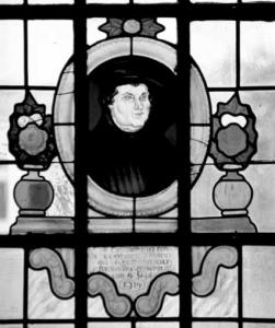 Glasfenster an der Südseite der Kirche aus der Entstehungszeit 1912-1914 mit dem Abbild von Martin Luther Inschrift: In Erinnerung an Leonhart Peipp von Krottenbach gefallen bei Remereville 4. Sept 1914 Foto: K. Waldmüller