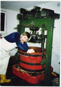 Herbert Schrödel beim Mosten mit der alten Obstpresse ca. 1987