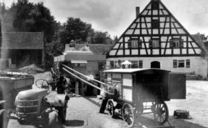 Hof Johann Burk in Nemsdorf mit alter Dreschmaschine um 1935 - Foto: Burk
