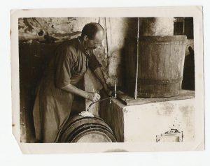 Leonhard Stößel beim Mosten in den 50er Jahren