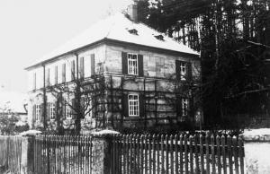 Winterliche Aufnahme des Pfarrhauses 1960 - Foto: Pfarrarchiv