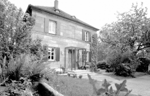 Pfarrhaus mit neu gestaltetem Eingangsbereich 2004 - Foto: K. Waldmüller
