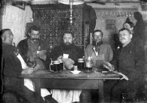 Rauchende Männerrunde im Gasthaus um 1920 - Foto: Privatbesitz Wilhelm Bauer