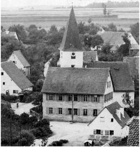 Alte Schule vor der St. Michelskirche um 1900 - Foto: Privatbesitz Fleischmann