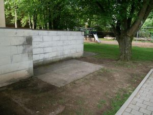 27.06.2021 - Spielplatz Dietersdorf (RPS) - Mauer und Betonplatte vor dem Abriss